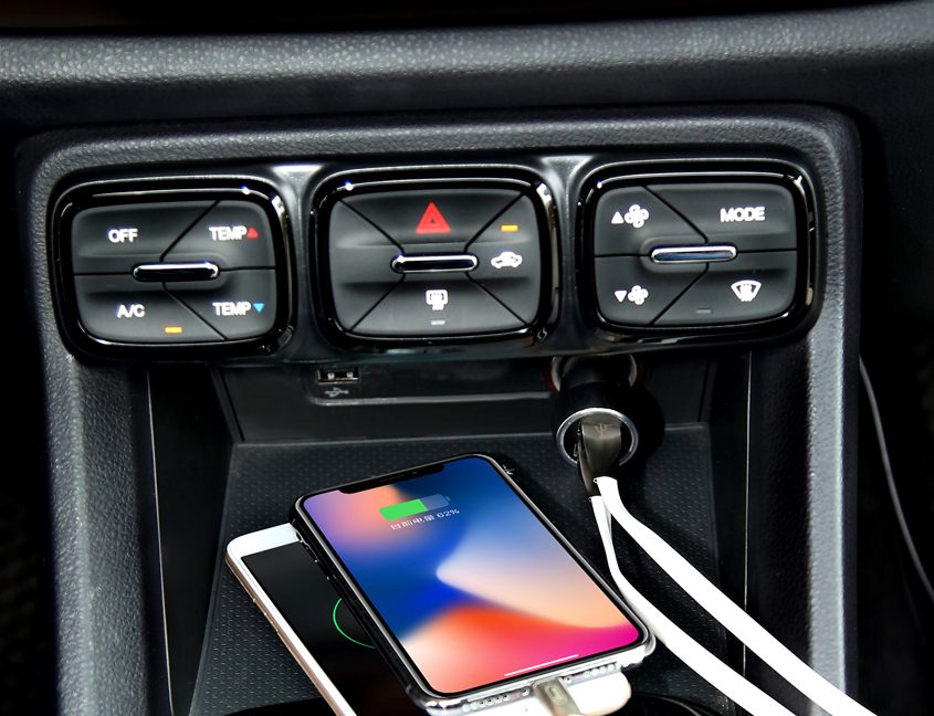 Car-charger-2-ports-quick-charge-photo